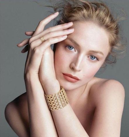 modelo-com-lindo-anel-e-pulseira